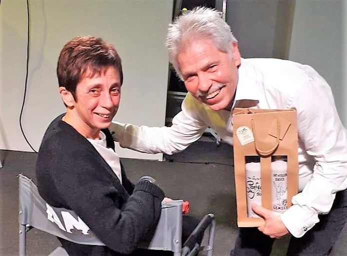 Anne Mathieu (55) is door KWB Toneel De Linde in de bloemetjes gezet. Daar werd ook haar man bij betrokken.
