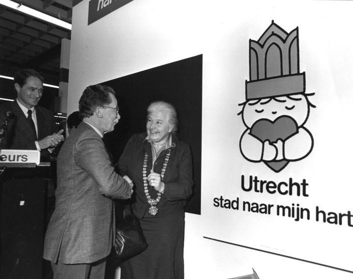 Dick Bruna begroet toenmalig burgemeester Vos op de Vakantiebeurs tijdens de lancering van het affiche.