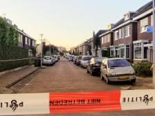 Gaten in raam van woning in Enschede, politie doet onderzoek