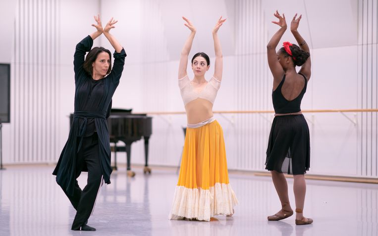 Choreograaf Annabelle Lopez Ochoa (links) repeteert met Maia Makhateli en Michaela DePrince. Beeld Altin Kaftira