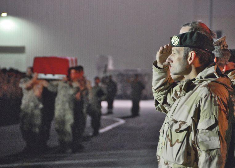 Mart de Kruif bewijst een gesneuvelde militair eer. Beeld x