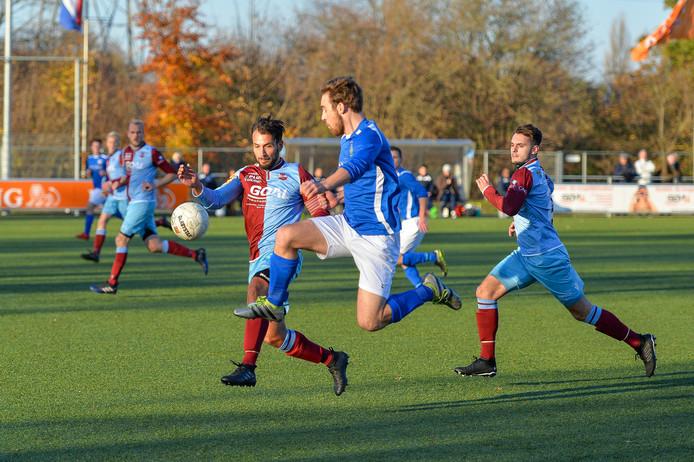 FC RDC (blauwrood) krijgt er met Carst Winter een doelman bij.