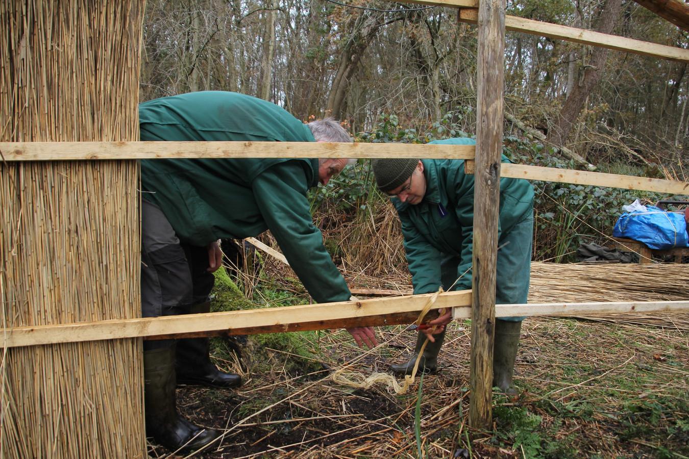Vrijwilligers aan het werk bij de Grote Otterskooi in Dwarsgracht.