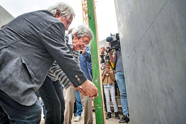 Jacqueline v. Maarsen, vriendin van Anne Frank, legt samen met initiatiefnemer Jacques Grishaver de eerste steen van het Holocaust Namenmonument in Amsterdam.  Beeld Guus Dubbelman / de Volkskrant