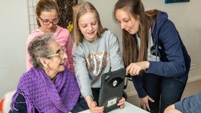 Kinderen leren senioren videochatten en robots programmeren
