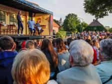 Theater in lege truck trekt veel bekijks in Leenderstrijp