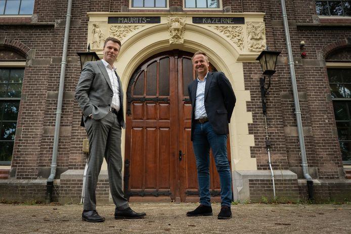 Timo Kruft (links) en Dirk Lubbers bij de Mauritskazerne.