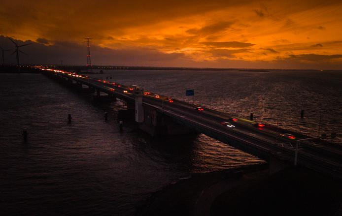 De lichtmasten op de Haringvlietbrug zijn verwijderd.