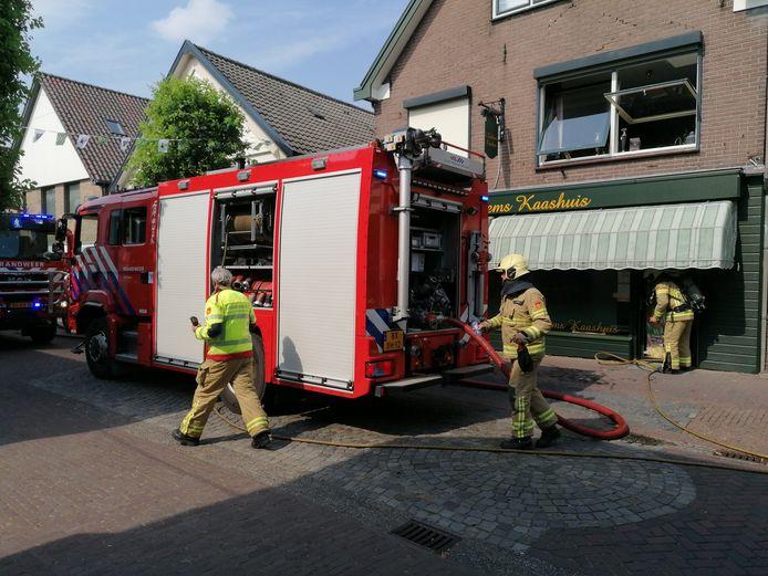 De brandweer zoekt naar de oorzaak van de rookontwikkeling in een kaaswinkel aan de Smidsstraat in Zelhem.