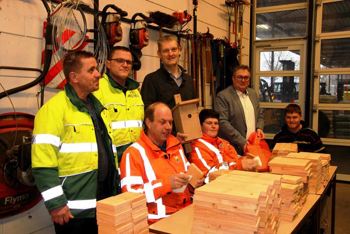Wethouder Erik Volmerink (gemeente Tubbergen) en wethouder Ben Blokhuis (gemeente Dinkelland bezoeken medewerkers Soweco en Stichting Participatie Dinkelland bij de productie van de bouwpakketten voor nestkastjes.