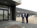 Ronald Baarslag (links) en Nico Kuipers bij het nog lege kantoor van Fabory Group. Op de achtergrond het nieuwe magazijn.