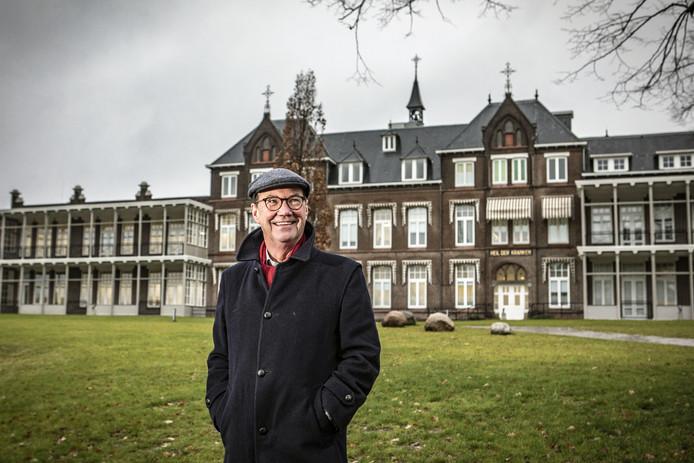 Jan Nijhuis voor het ziekenhuis in Oldenzaal.