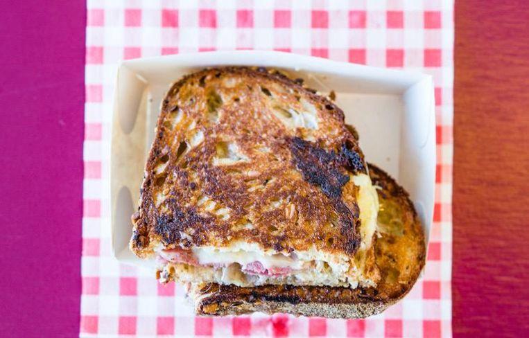 De Tweede Jeugd in Noord redt oud brood van de bakker Beeld Tammy van Nerum