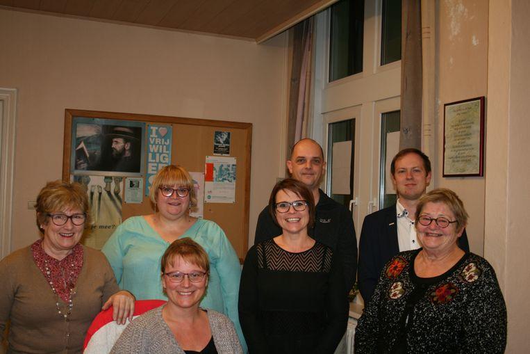 Het bestuur van N-VA Bredene met in het midden Vicky Dereere.