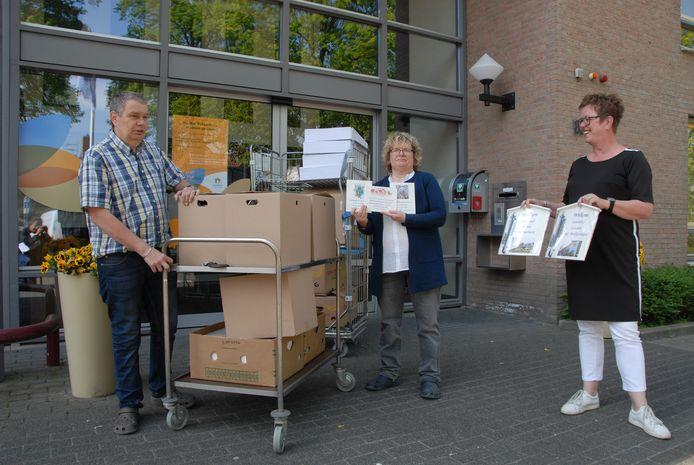 Eind april gaven Sjaak de Groot en Dion van Dijk driehonderd bedankbordjes aan het Mgr.Bekkershuis in Schijndel. Diezelfde dag ook nog eens 750 exemplaren aan ziekenhuis Bernhoven