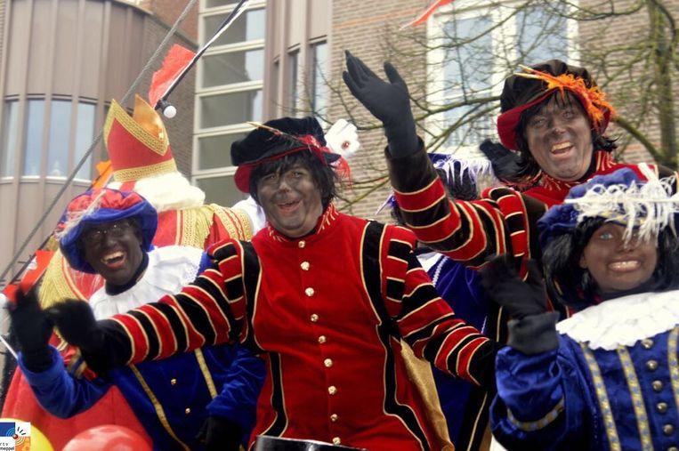 In Meppel werd Sinterklaas vergezeld door roetveegpieten en Zwarte Piet. Beeld RV