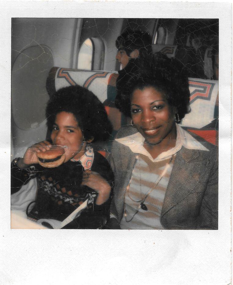 Lenny Kravitz in het vliegtuig met zijn moeder. Beeld Lenny Kravitz
