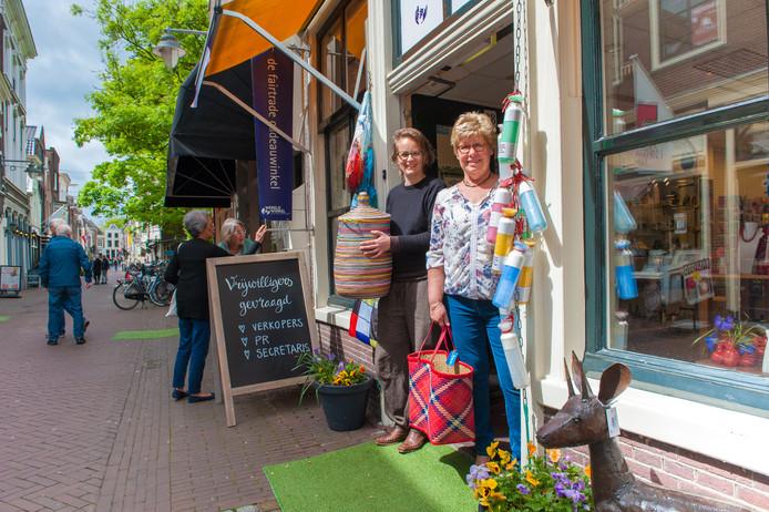 Wereldwinkel Gouda is gevestigd aan de Lange Groenendaal; de eerste fairtradestraat van Nederland. Links bedrijfsleidster Liesbeth van der Loo, rechts vrijwilligster Marjan Wolvers.