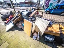 Steeds meer troep naast container in Zwolle