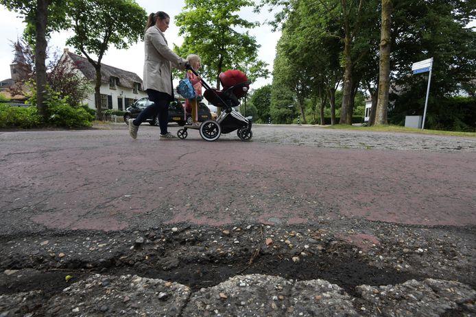 West Betuwe pakt slechte wegen, zoals hier in Tuil, aan. Dat kost vele miljoenen