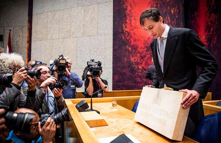 Minister Wopke Hoekstra van Financiën presenteert op Prinsjesdag in de Tweede Kamer het koffertje met de rijksbegroting en miljoenennota (foto uit 2018).  Beeld Freek van den Bergh