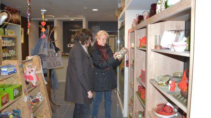 Eindejaarsgeschenken kopen tijdens Oxfam-cadeaudag in Wereldwinkel