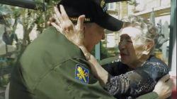 """""""Je bent altijd in mijn hart blijven zitten"""": soldaat werd verliefd tijdens WOII, 75 jaar later vindt hij haar terug"""