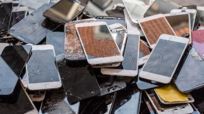 Leerlingen zamelen oude gsm-toestellen, tablets en smartphones in