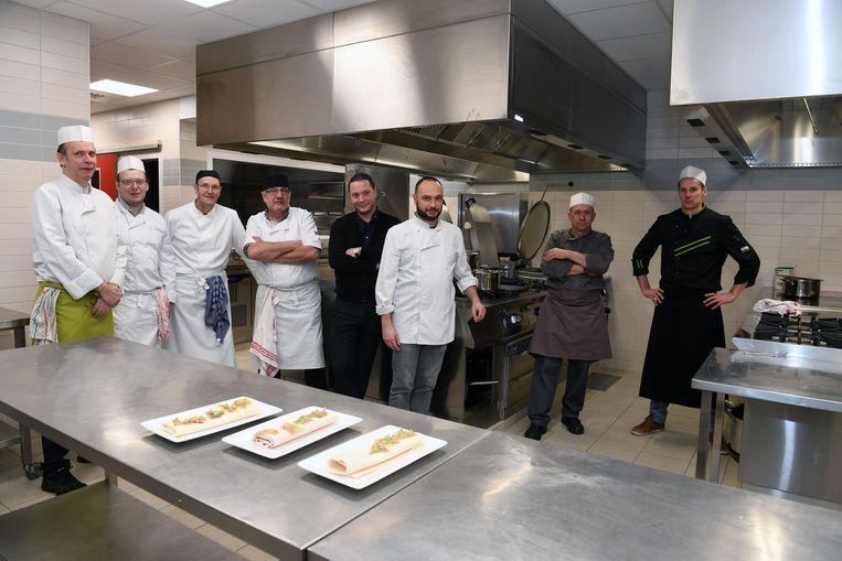 ENkele leerlingen in een van de vernieuwde keukens. De school haalde ook de bekende Leuvense chef-kok Kwinten De Paepe (in het midden in zwart) binnen als nieuwe lesgever.