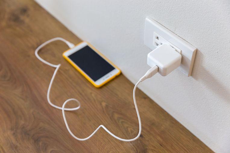 De smartphone was via een kabel verbonden met een stopcontact.