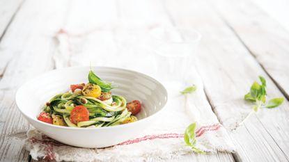 Supersnel klaar! Sandra Bekkari kookt spaghetti courgetti met pesto
