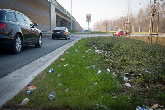 Wegggooide drankverpakkingen aan de rotonde op de N16.