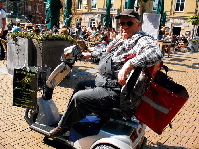 Gorcumer Jules van der Bend (5 mei 1955 - 25 maart 2020) was een bekende verschijning in de stad. Jarenlang reed hij rond op zijn scootmobiel, met zijn boombox in een tas en posters voor evenementen  aan het mandje, zoals op deze foto uit 2009.