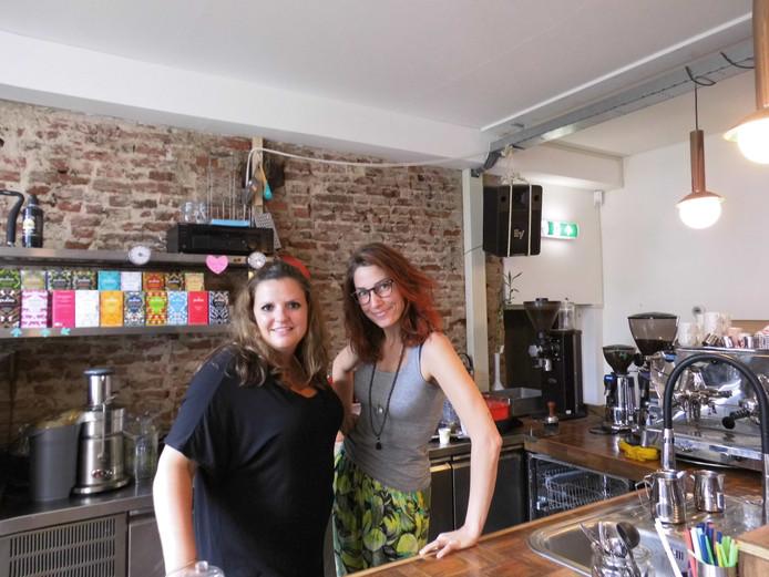 Lara Verstappen en Linda Vonken achter de bar van Mieters.