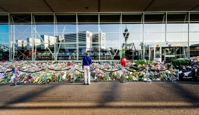 Een bloemenzee op Schiphol ter nagedachtenis aan de slachtoffers van vlucht MH17, twee weken na de ramp.