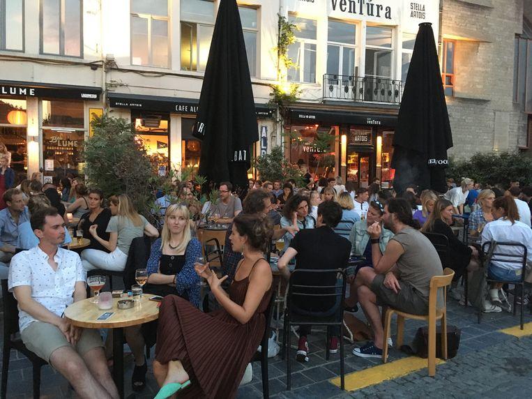 Alle terrassen, zoals hier op de Vrijdagmarkt, bleven tot 1 uur druk bezet