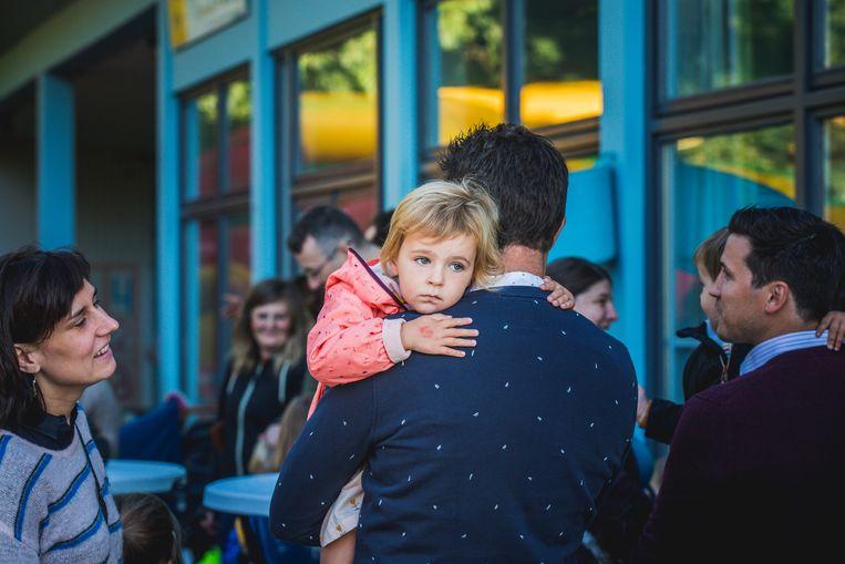 Dit meisje wil nog even in de armen van papa vertoeven voor het nieuwe schooljaar start.