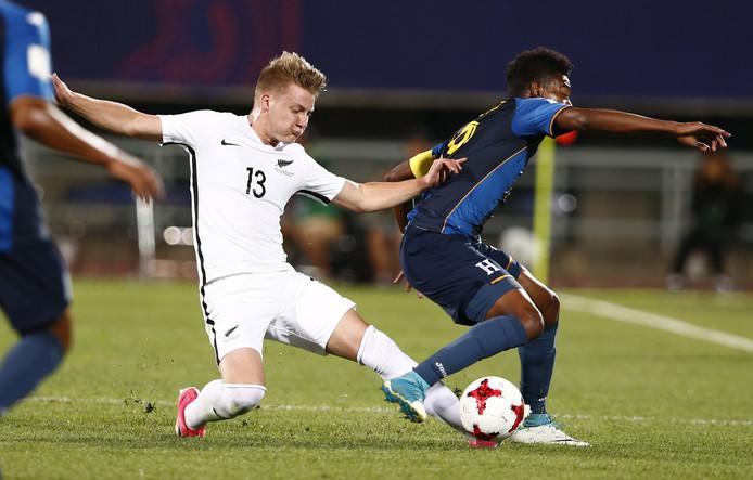 James Mcgarry (links) tijdens het WK Onder 20 in actie tegen Honduras.