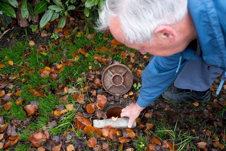 Frank toont een 'verluchtingsgat' voor de riolering, om geurhinder in de buurt te voorkomen.