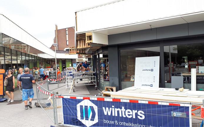 De renovatie van het winkelcentrum Dijkcentrum in Kortendijk aan de kant van Diamantdijk in juli.