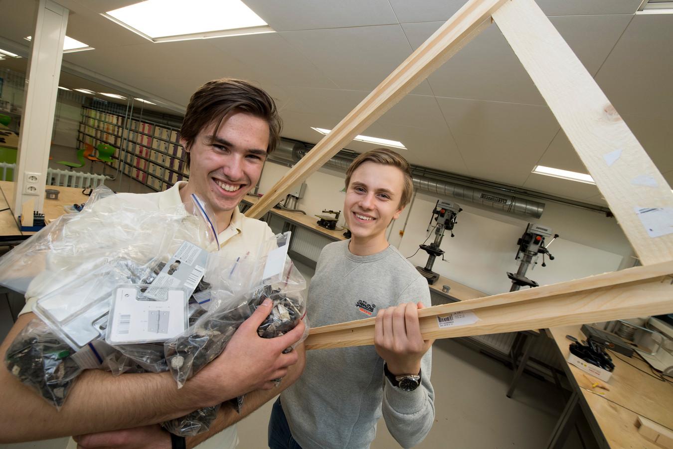 Technasiumleerlingen Thomas Velders en Lucas Timmerman van het RSG Lingecollege hebben een manier gevonden om plastic op te scheppen.