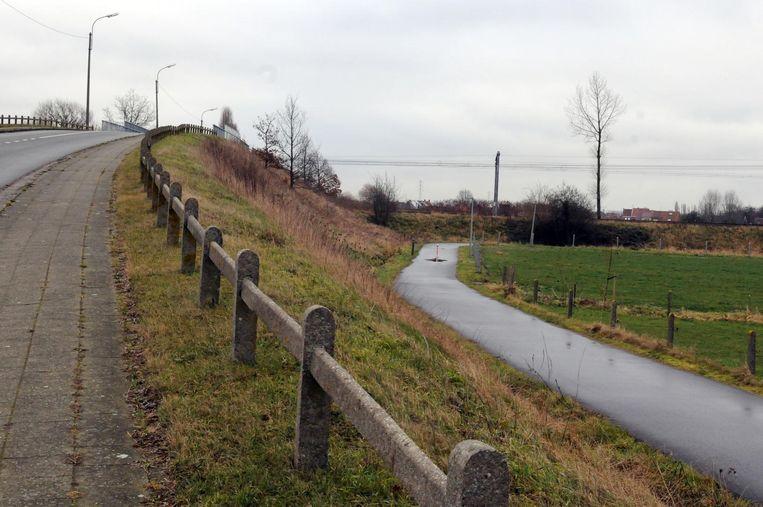 In de Drogenboomstraat (vlak bij Waregem) is het fietspad nu nog onderbroken aan het spoorwegviaduct, daar komt verandering in.