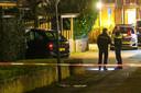 Agenten op de plek van de schietpartij in Apeldoorn. Links de auto waarvan een deel met een doek werd afgedekt door de politie.