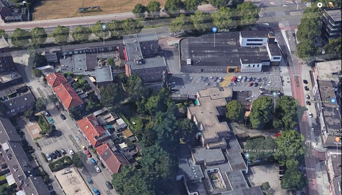 Het terrein van het Labrehuis, met links de Scheidingstraat met in het midden de omstreden poort.