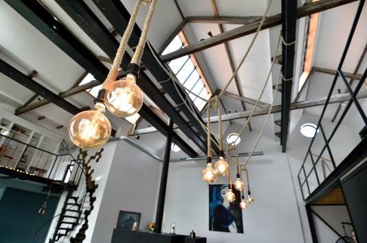 Lampen hangen aan dikke touwen, verwijzend naar de historie van dit gebouw.