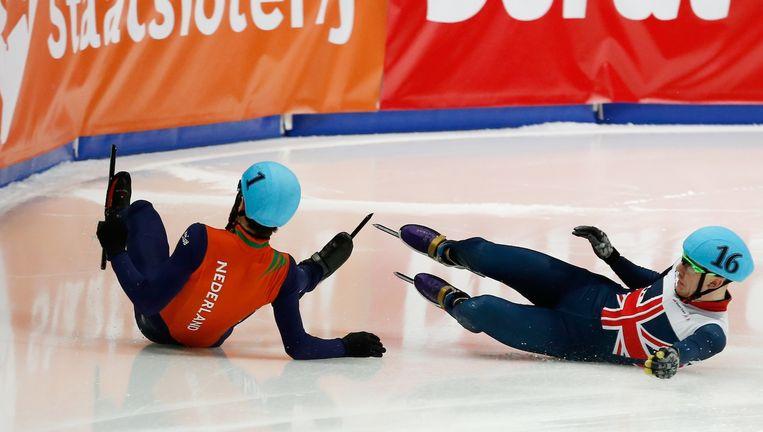 Sjinkie Knegt en Jack Whelbourne komen ten val op de 5000 meter estafette tijdens de wereldbekerwedstrijden shorttrack. Beeld anp