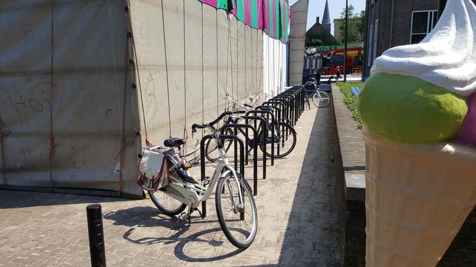 De Kloosterstraat met Cakewalk en nauwelijks bereikbare fietsen-nieten.