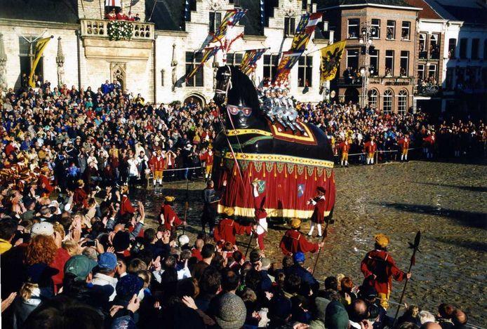 De Ros Beiaardommegang in 2000. Het zal nu nog duren tot 2022 tot de Dendermondenaren hun Paard weer zien.