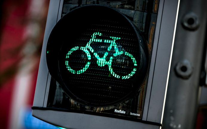 Tegelijk met het vervangen van verkeerslichten op de Haatlanderdijk wordt de situatie voor fietsers aangepast.