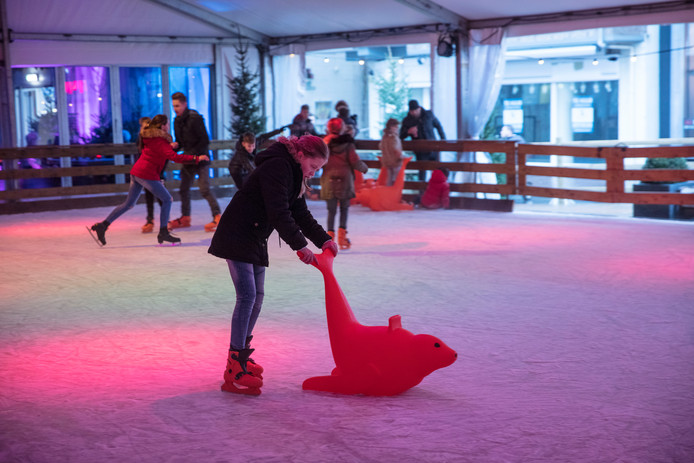 (Leren) schaatsen op de Markt in Helmond. Bij de ijsbaan wordt komende winter een pilot gehouden op het gebied van duurzaamheid.